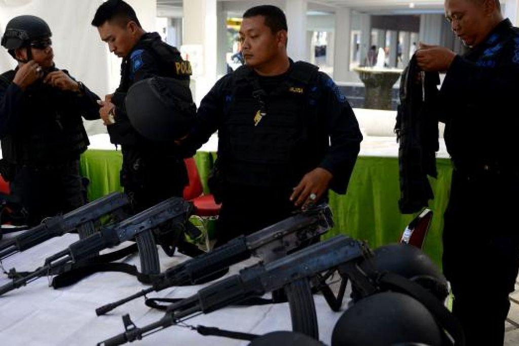 Anggota Pasukan Khas Indonesia bersiap untuk meronda di Lapangan Terbang Ngurah Rai di Denpasar, Bali pada Jumaat, 15 Januari. Keselamatan di tempat-tempat yang dikunjungi ramai warga asing telah dipertingkat menyusuli serangan di pusat Jakarta pada Khamis (14 Jan). Gambar AFP