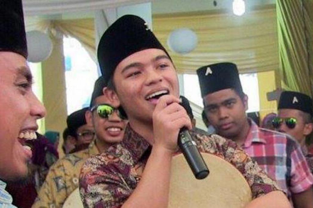 PALUAN MERIAH: Akrab Kompang Services menghiburkan penonton melalui vokal dan rentak lagu yang rancak di majlis perkahwinan.
