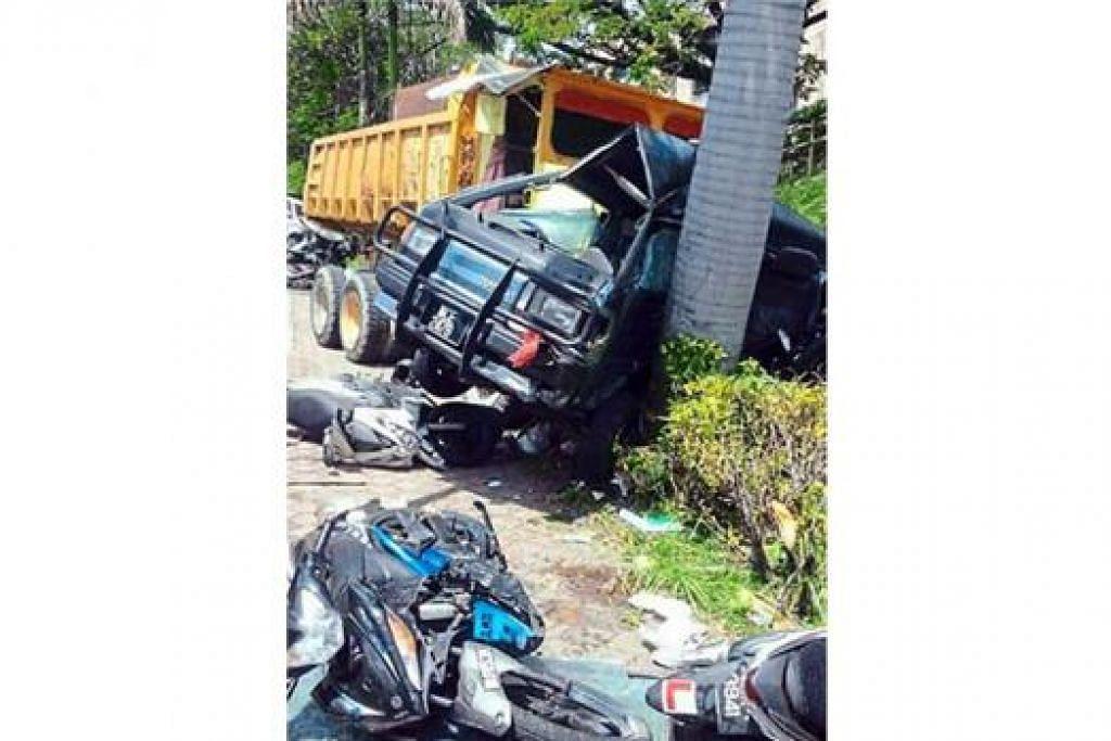 KEMALANGAN MAUT: Inilah gambaran tempat kemalangan di hadapan Sekolah Menengah Kebangsaan Damai Perdana tengah hari kelmarin, yang mengorbankan dua pelajar. - Foto NSTP