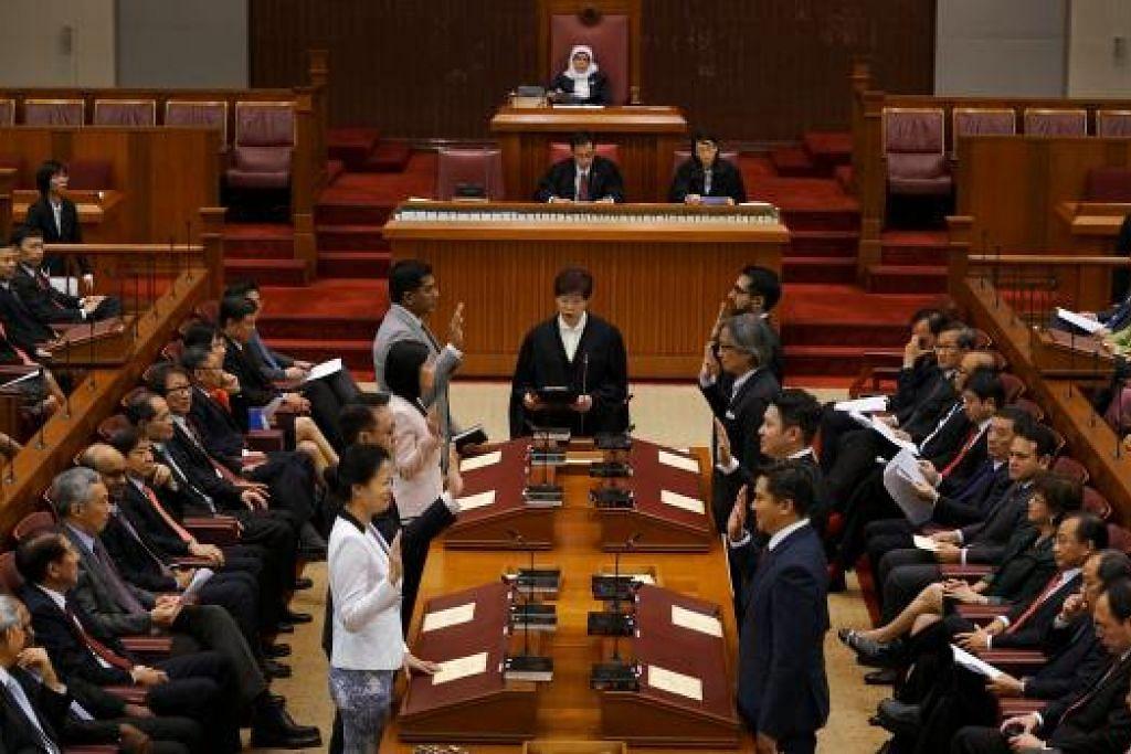 LEMBARAN BARU: Sejumlah 89 Anggota Parlimen mengangkat sumpah semalam. Parlimen ke-13 Singapura dibuka dalam keadaan global yang tidak menentu dan sekitaran dalaman yang mencabar. - Foto MCI