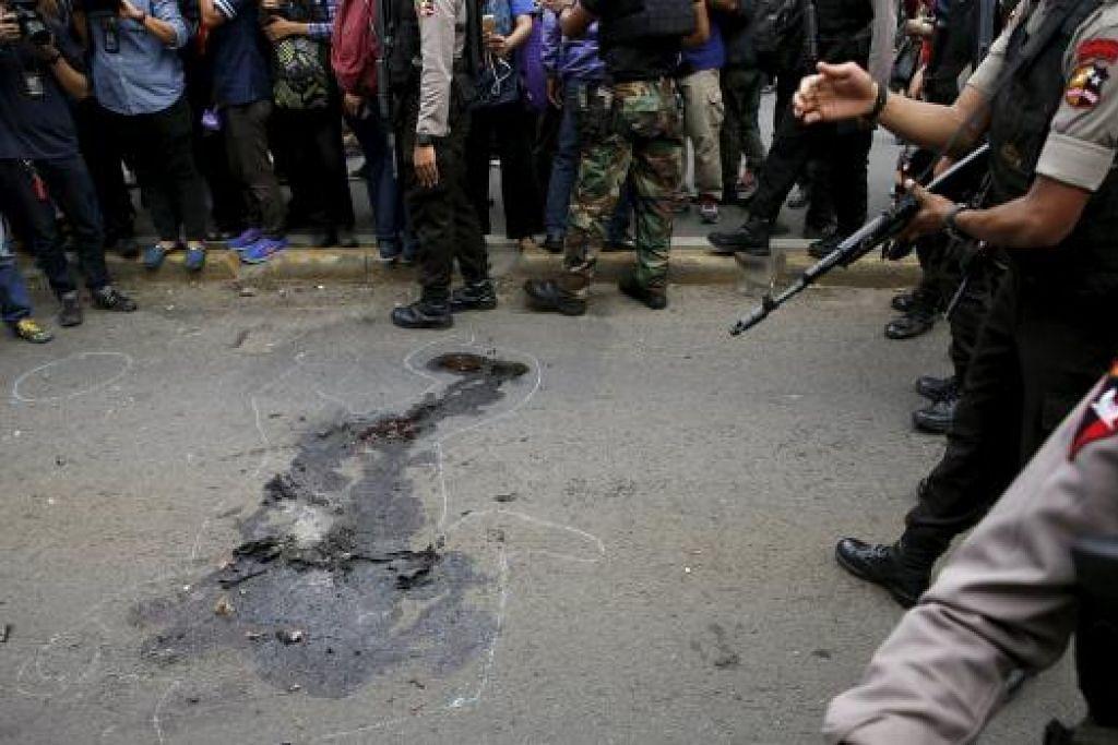 BUKTI ANCAMAN: Anggota polis Indonesia mengawal ketat kawasan serangan kumpulan militan di daerah perniagaan Thamrin kelmarin. - Foto REUTERS