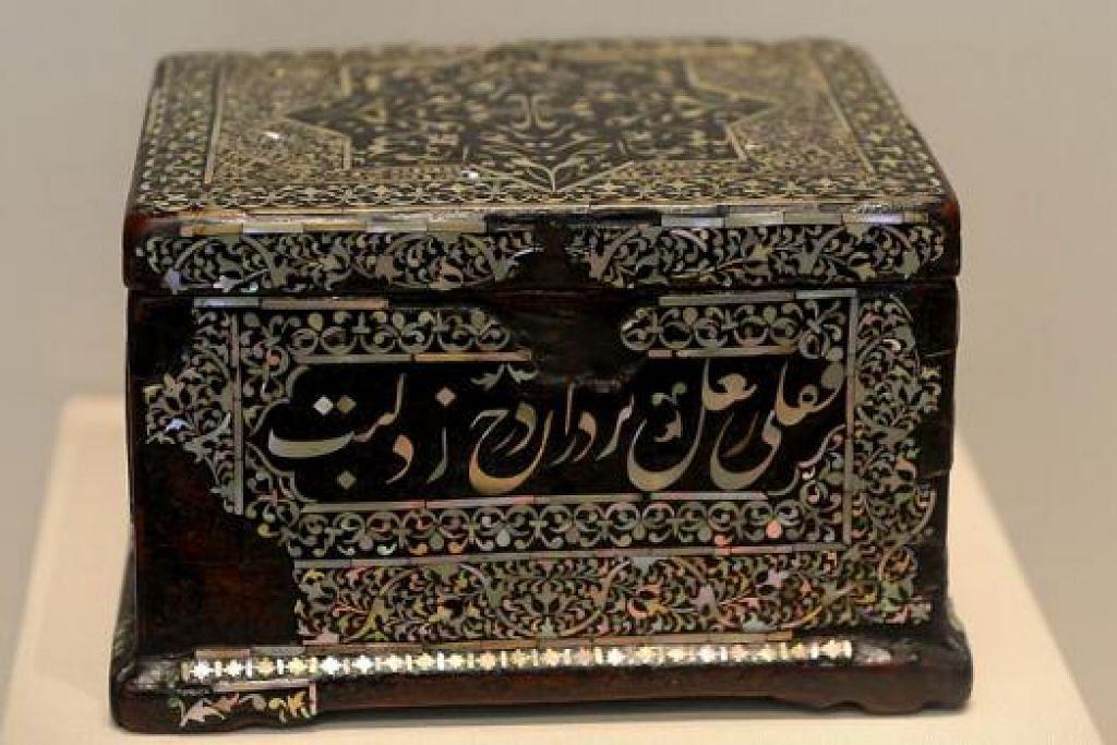 KOLEKSI SENI ISLAM: Kotak dari abad ke-16 yang dihiasi dengan indung mutiara dan kalimah Arab yang berasal dari India ini menunjukkan hubungan antara pelbagai budaya yang terjalin sejak dahulu.