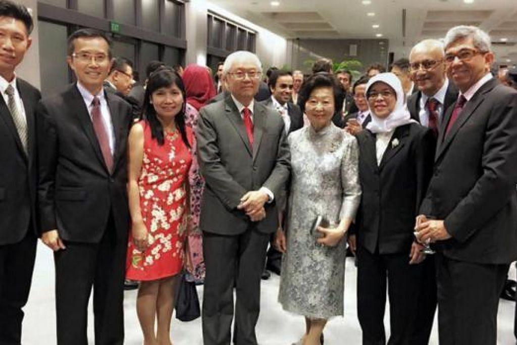 BERSAMA PRESIDEN: Presiden Tony Tan (empat dari kiri) dan isteri, Cik Mary Tan (sebelah kiri Presiden Tony Tan); bersama Cik Halimah Yacob (tiga dari kanan); dan Dr Yaacob Ibrahim (kanan), serta tetamu lain.