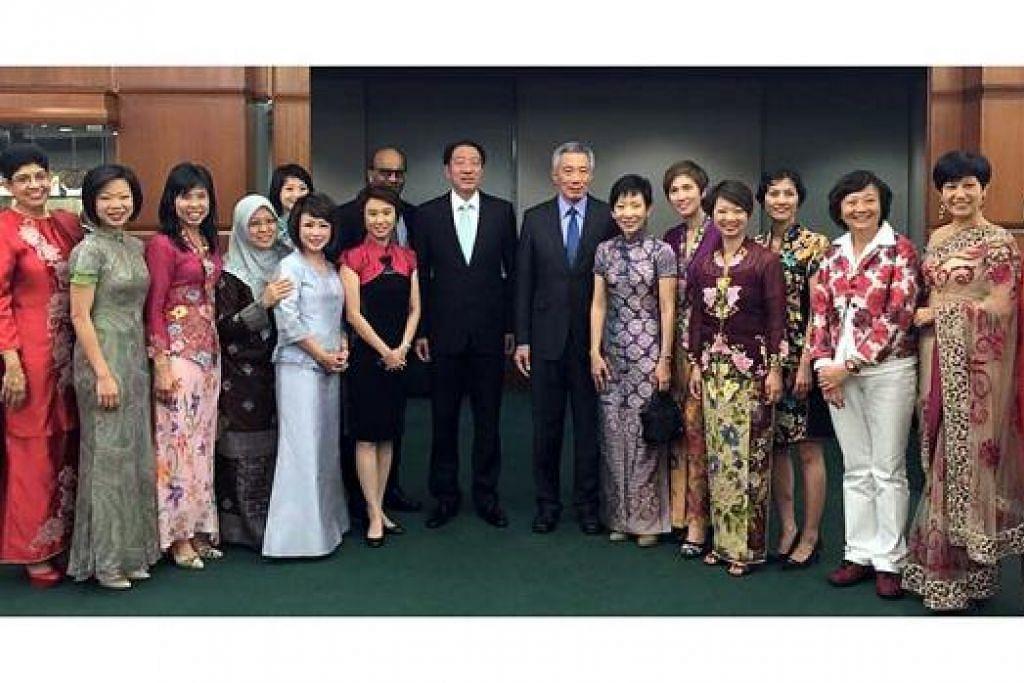 AP WANITA: Beberapa Anggota Palimen wanita bergambar sama Perdana Menteri Lee Hsien Loong (lapan dari kanan), dan Timbalan Perdana Menteri – Encik Tharman Shanmugaratnam dan Encik Teo Chee Hean (sebelah kanan Encik Lee). – Foto-foto FACEBOOK