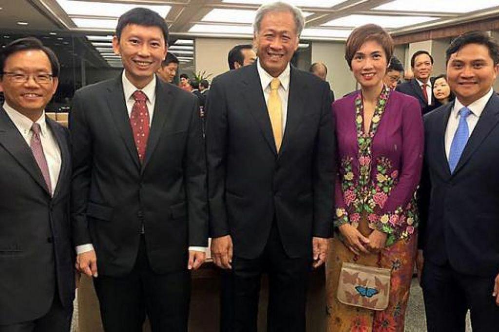 AP GRC BISHAN-TOA PAYOH: (Dari kiri) Encik Chong Kee Hiong; Menteri Negara (Perhubungan dan Penerangan merangkap Kesihatan) Encik Chee Hong Tat; Menteri Pertahanan, Dr Ng Eng Hen; Menteri Negara Kanan (Ehwal Luar merangkap Pertahanan) Cik Josephine Teo; dan Encik Saktiandi Supaat.