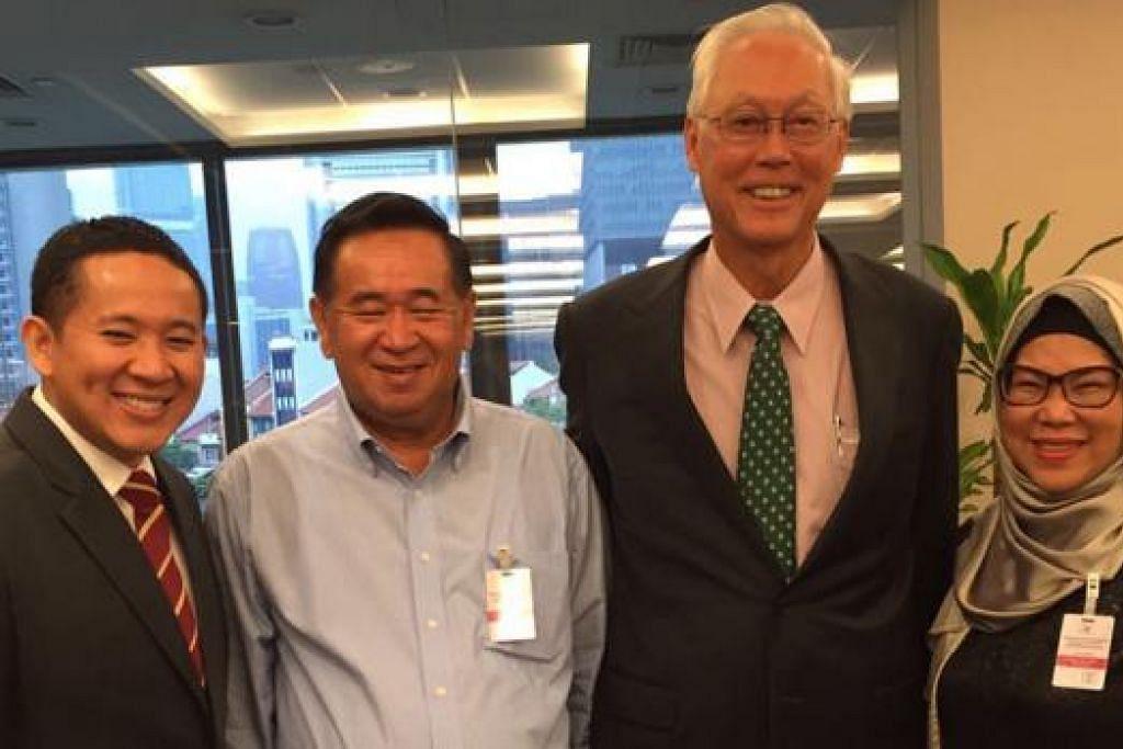 SATU UNTUK KENANGAN: Setiausaha Parlimen (Ehwal Dalam Negeri), Encik Amrin Amin (kiri), bersama-sama dengan bapa dan ibunya, Encik Amin Suhaimi dan Cik Nabsah Yatim, bergambar dengan Menteri Kanan Emeritus, Encik Goh Chok Tong (dua dari kanan).