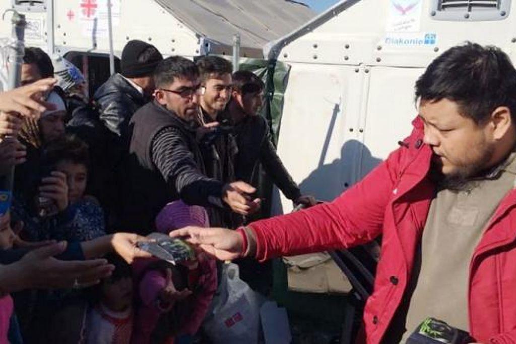 BANTUAN MUSIM SEJUK: Ustaz Muhammad Zahid mengagihkan bantuan musim sejuk seperti stoking, sarung tangan, jaket dan lain-lain di kem Gvegjelia. – Foto-foto BAPA