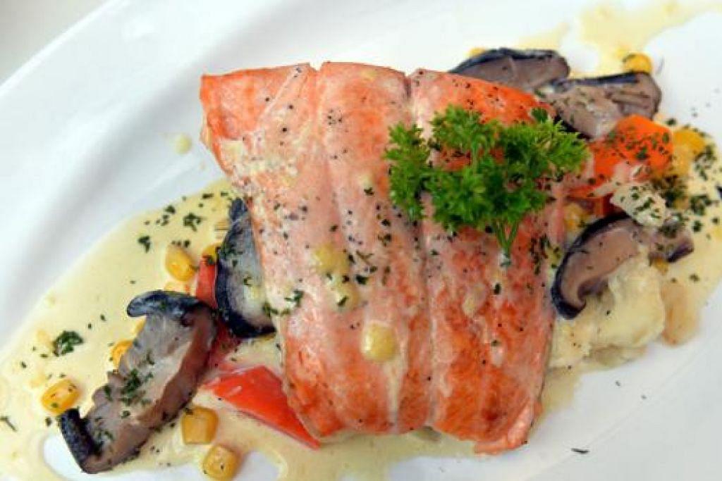 HIDANGAN 'CATCH OF THE DAY': Ikan salmon dengan rencah lobak merah, kentang lenyek dan cendawan.