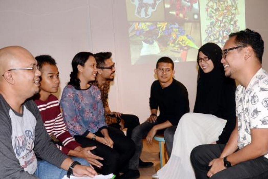 FORUM SENIMAN ANEKA KEBOLEHAN: (Dari kiri) Encik Kamal Dollah bersama artis Apad, Encik Nur Iman, Cik Fajrina Razak, Cik Nawfal Jumaat, Encik Dzaki Safaruan, Cik Izziyana Suhaimi dan Encik Rofizano mempamerkan beraneka media atau saluran seni tampak.