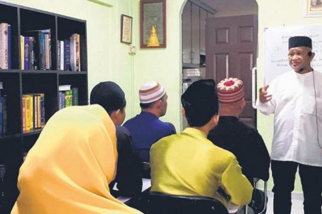 KELAS BIMBINGAN AGAMA: Ustaz Ismail Abdullah (berdiri) dengan sekumpulan pelajar dewasanya, termasuk dua bekas penagih, yang mengikuti kelas Al-Quran yang diajar di rumahnya di Bukit Batok East Avenue 4. Beliau kini baru membuka kelas baru di kawasan timur untuk orang dewasa dan kanak-kanak. - Foto-foto DEWANI ABBAS