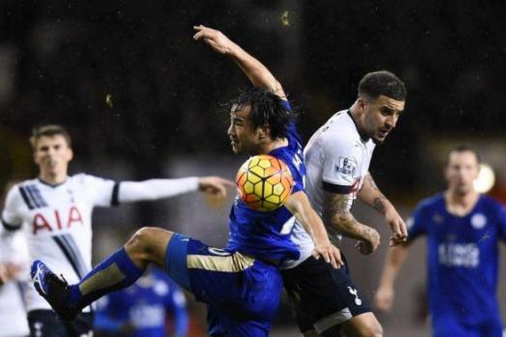 KEUTAMAAN BERBEZA: Penyerang Leicester Shinji Okazaki (jersi biru) bergelut dengan pemain Tottenham Hotspur Kyle Walker dalam pertemuan dua kelab itu dalam liga baru-baru ini. - Foto REUTERS