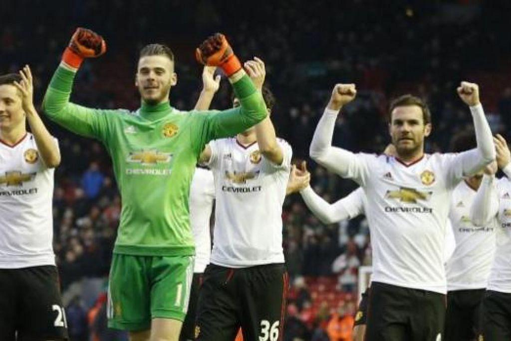 TAMBAH KEYAKINAN: Pemain United meraikan kemenangan ke atas Liverpool di Anfield kelmarin. Van Gaal percaya pasukannya boleh menjuarai EPL tahun ini. - Foto REUTERS
