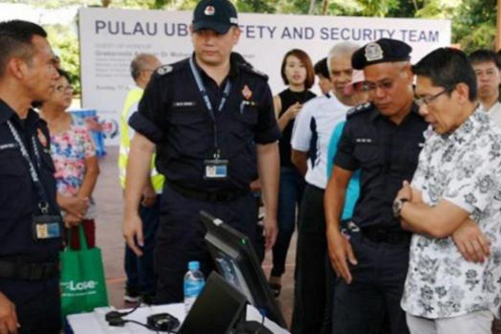 MELIHAT PERKEMBANGAN TERKINI: Tetamu terhormat, Dr Mohamad Maliki Osman, melawat gerai yang dikendalikan pegawai Polis Pengawal Pantai (PCG) tentang pencegahan jenayah. - Foto SPF