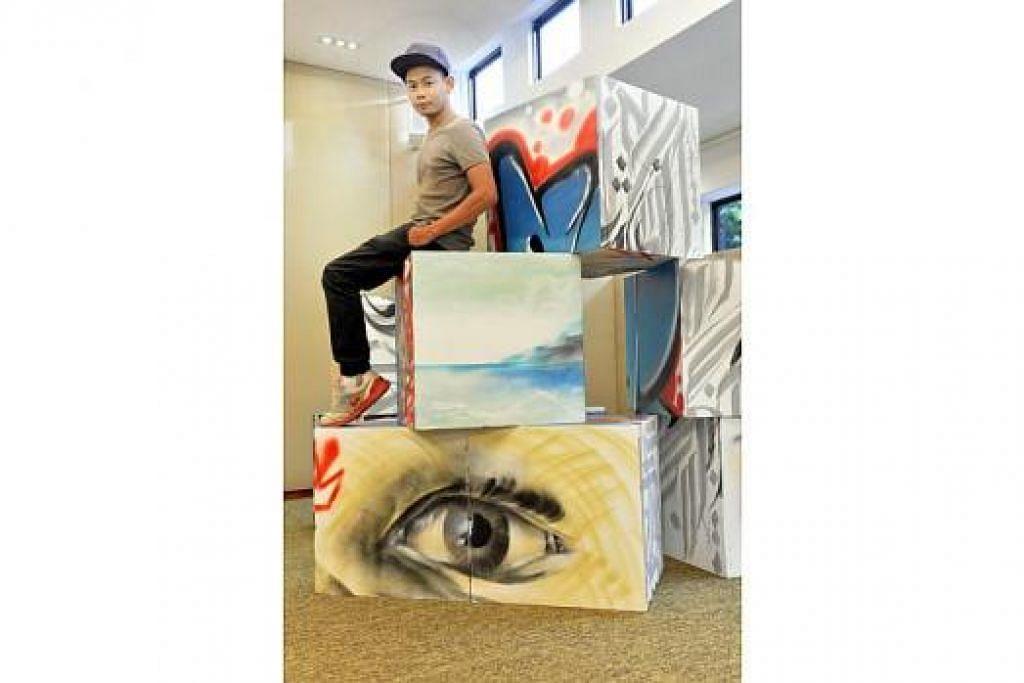 KARYA SENI MENGENALI DIRI: Encik Nur Iman Sumani (duduk, gambar atas) menghasilkan karya seni berupa kotak dengan imej mata dan lorekan grafiti sebagai melambangkan proses mengenali perkara baru tentang dirinya setiap kali kotak dibuka. Encik Rofizano Zaino pula selaku kurator memastikan setiap seniman termasuk beliau dicabar dengan keupayaan mengubah karya dua dimensi menjadi tiga dimensi atau mampu dicorak sebagai karya interaktif buat penonton.. – Foto-foto M.O. SALLEH