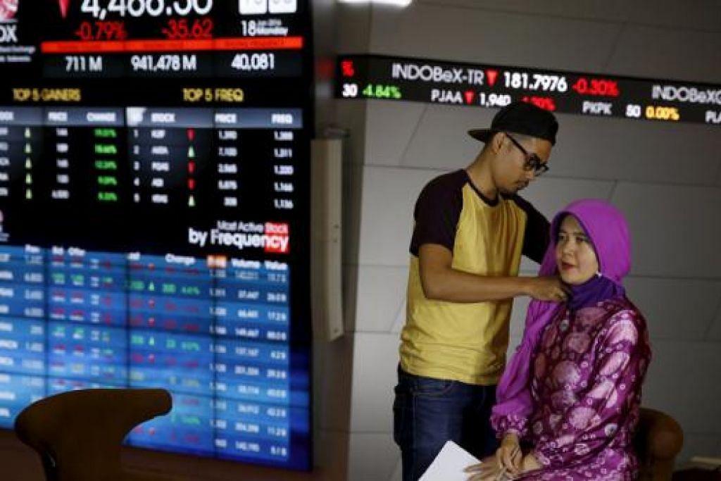 DI INDONESIA: Seorang penyampai berita saluran televisyen setempat bersiap sedia menyampaikan laporan terkini mengenai keadaan pasaran saham di negara itu. - Foto REUTERS