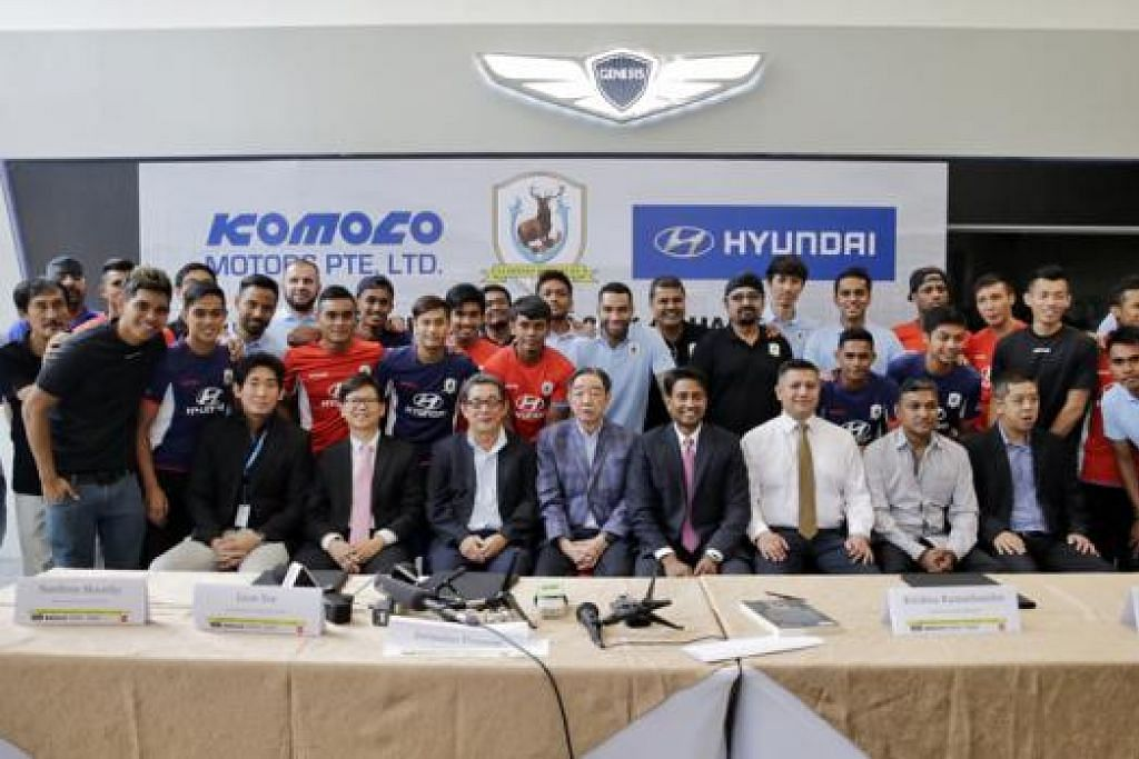 SIAP HARUNGI MUSIM BARU: Para pegawai dan pemain Tampines Rovers bergambar beramai-ramai di majlis anjuran kelab di bilik pameran Komoco Motors, penaja utama pasukan itu, semalam. - Foto-foto THE STRAITS TIMES