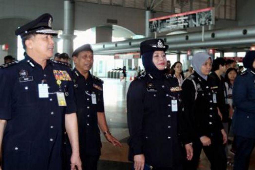 PERKETAT KESELAMATAN: Ketua Polis Johor, Datuk Wan Ahmad Najmuddin Mohd (kiri), yang diiringi Timbalannya, Datuk Aishah Mohammad (tiga dari kiri), membuat lawatan ke Kompleks CIQ Johor Bahru kelmarin. - Foto NSTP