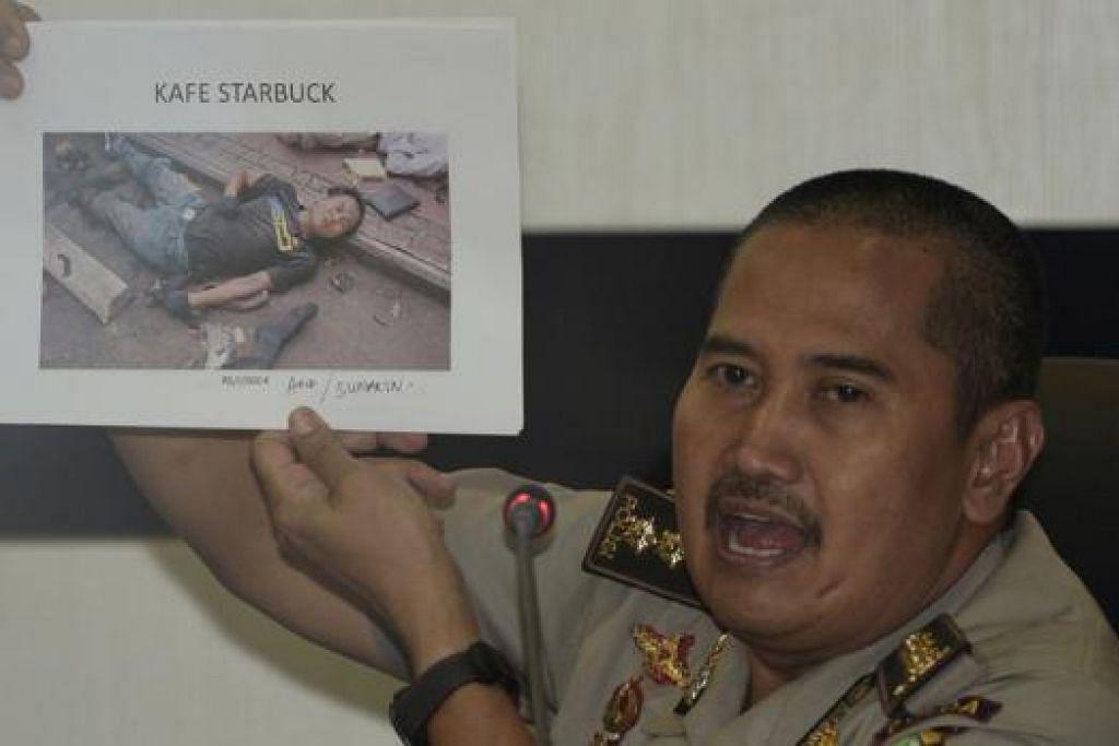 TERPENGARUH DI PENJARA: Pegawai polis Jakarta, Encik Musyafak, menunjukkan gambar seorang militan, Afif, yang terbunuh dalam serangan di Jalan Thamrin di Jakarta. - Foto REUTERS