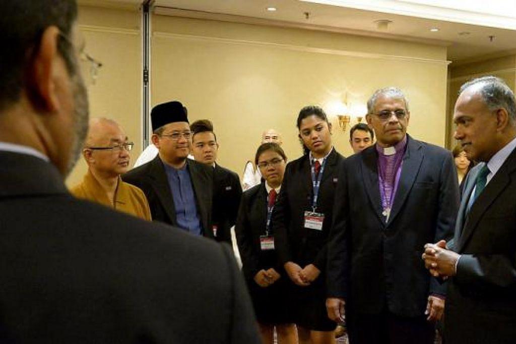 BINCANG PERANAN AGAMA: Encik Shanmugam (kanan) berinteraksi dengan wakil agama, termasuk Venerable Seck Kwang Phing (dua dari kiri), Mufti Dr Mohamed Fatris Bakaram (bersongkok), Biskop Rennis Ponniah (dua dari kanan), dan pelajar di sidang SRP mengenai peranan agama dalam memperluas ruang bersama dalam masyarakat. - Foto TUKIMAN WARJI