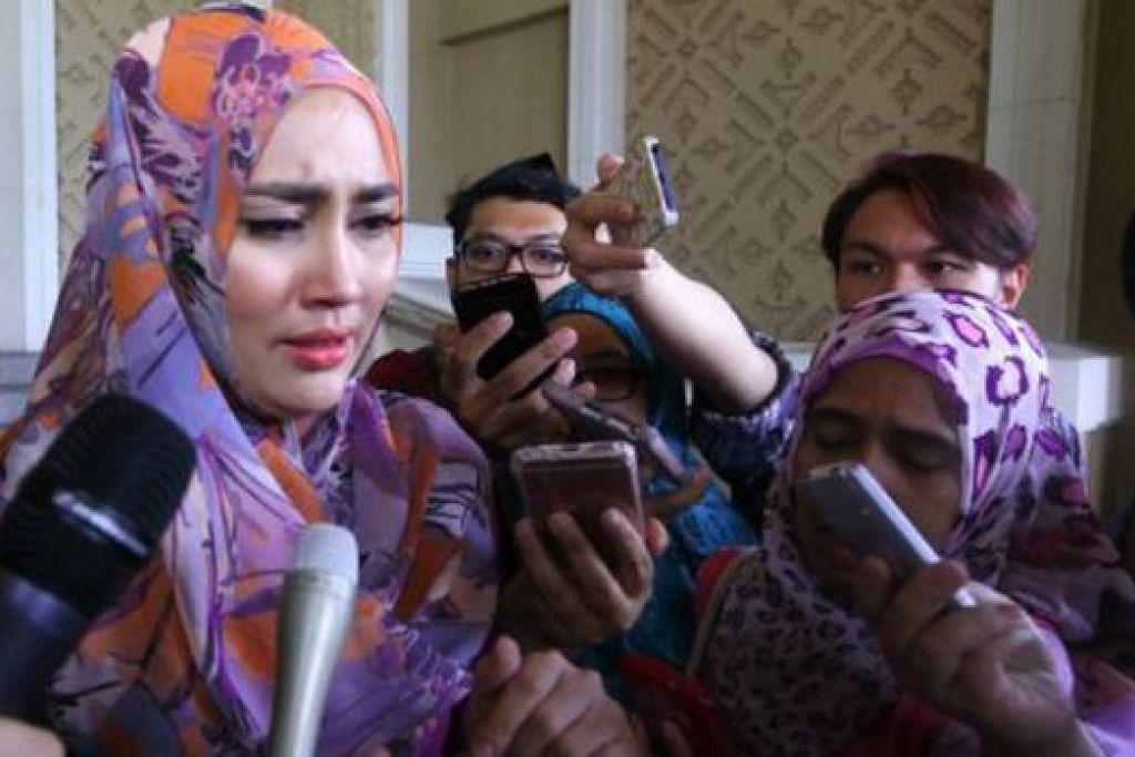 SEBAK: Pelakon Nur Fasha Sandha Hassan atau dikenali sebagai Fasha Sandha (kiri) kelihatan sebak ketika ditemu ramah media selepas menghadiri kes perceraiannya di Mahkamah Tinggi Syariah Wilayah Persekutuan semalam. - Foto NSTP