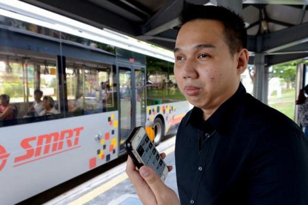 MEMUDAHKAN PERJALANAN: Encik Muhammad Hafiz Misran, yang cacat sebahagian penglihatannya, menggunakan aplikasi navigasi bagi membantu perjalanan beliau melalui perkhidmatan bas. - Foto TUKIMAN WARJI