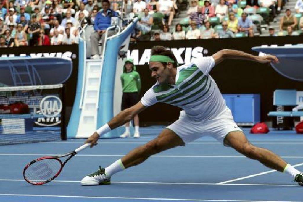 MENANG MUDAH: Bekas pemain nombor satu dunia, Roger Federer, menang mudah bagi mara ke pusingan ketiga di Terbuka Australia. - Foto REUTERS