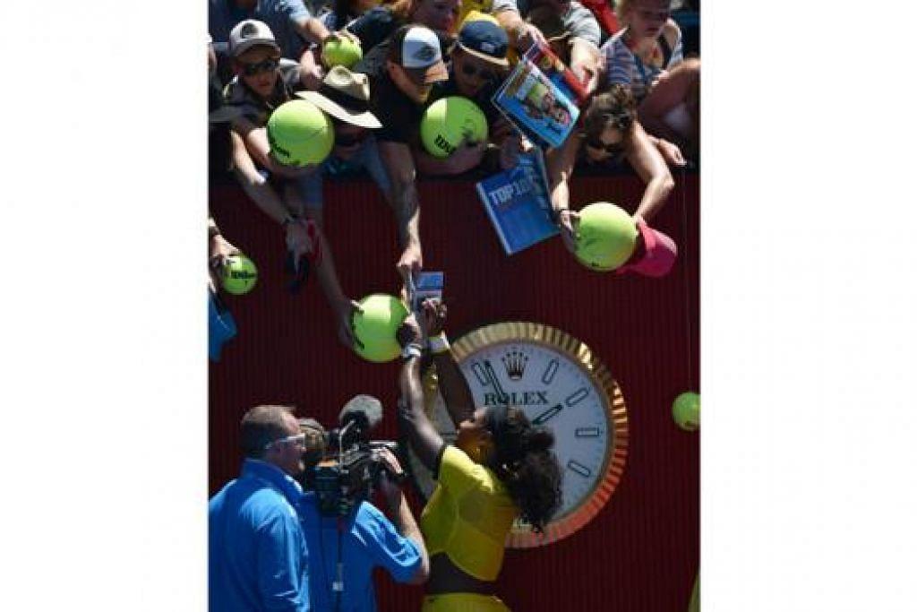 PEMENANG POPULAR: Pemain nombor satu dunia, Serena Williams, memenuhi permintaan peminat selepas menang mudah dalam perlawanannya semalam. - Foto AFP