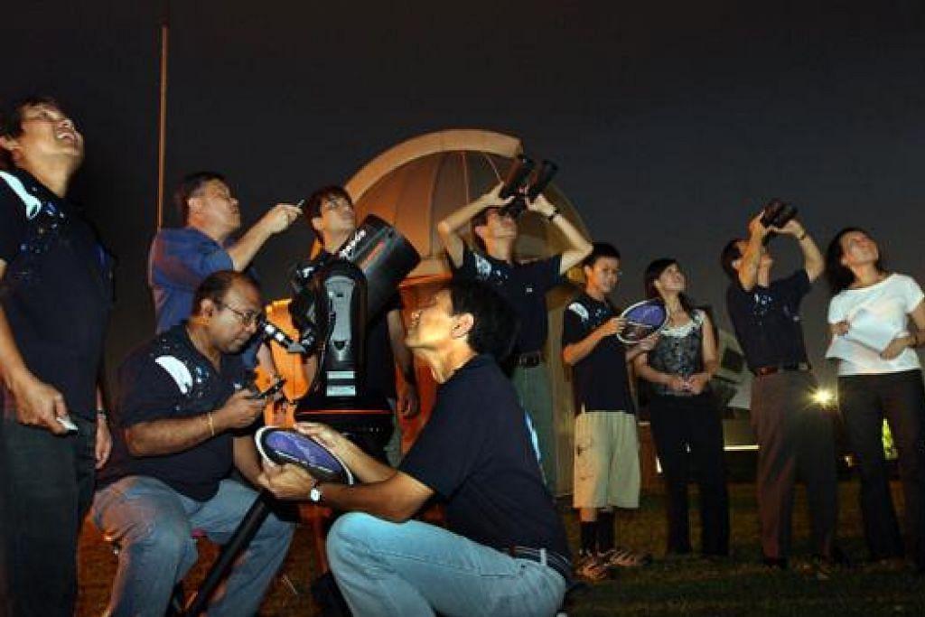 MELIHAT BERAMAI-RAMAI: Peminat kaji bintang berkumpul di Pusat Sains. - Foto fail