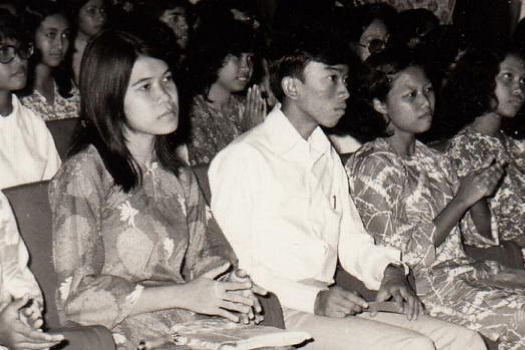 DULU MENERIMA, KINI MEMBERI: Presiden LBKM, Encik Suhaimi Salleh, pernah menerima biasiswa LBKM berjumlah $50 pada 1971 ketika beliau berusia 16 tahun dan sedang menuntut di Menengah 4. - Foto LBKM