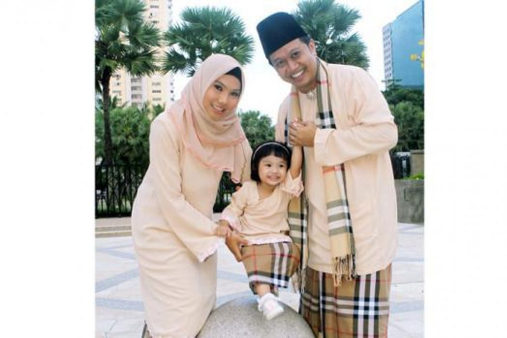 CANTIK BERPAKAIAN BAJU KURUNG: Menurut Dr Tenas Effendy, baju kurung Melayu melambangkan orang Melayu dikurung adat yang bersendikan syarak - iaitu dikurung daripada terbuka aurat. - Foto fail