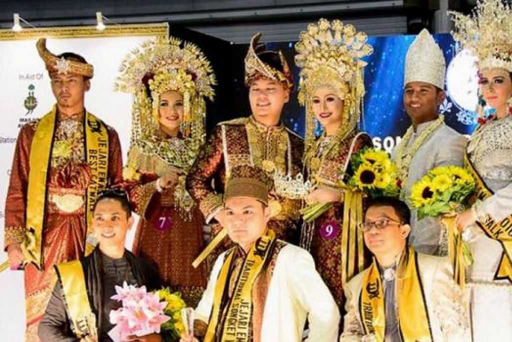 DIKUASAI GOLONGAN LELAKI: Tiga pemenang terbaik pertandingan Jejari Emas 2016 telah dimenangi 'pak andam' yang bergambar di sini bersama model mereka. (Dari kiri) naib juara Encik Rizal Rahim, juara Encik Fai Bani dan pemenang tempat ketiga Encik Aditya Soe. - Foto ISHARDI'S PHOTOGRAPHY