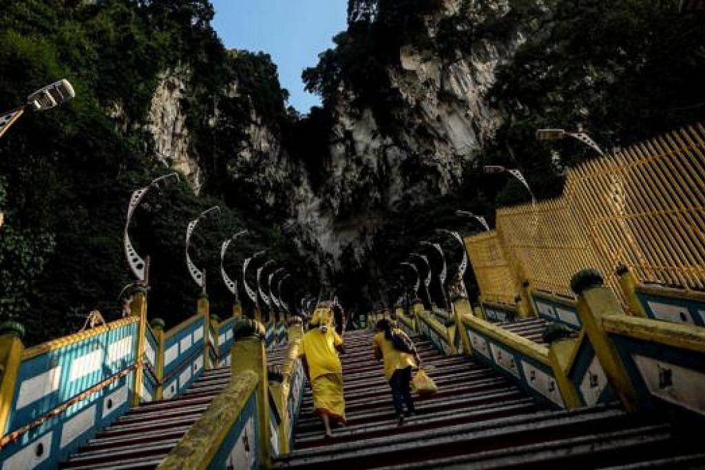 BAKAL MENARIK JUTAAN PENGUNJUNG: Polis Malaysia mengambil langkah memperketat kawalan keselamatan di Batu Caves bagi mengelak sebarang insiden yang tidak diingini sepanjang perayaan Thaipusam. - Foto AFP