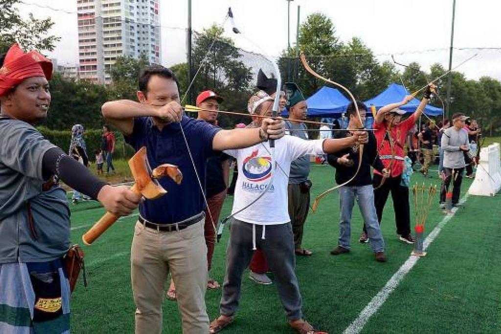 HILANGKAN STRES: Encik Zaqy (dua dari kiri) memuji usaha Traditional Archers Singapore. Beliau dibimbing Ustaz Fachruddin (kiri). - Foto TUKIMAN WARJI