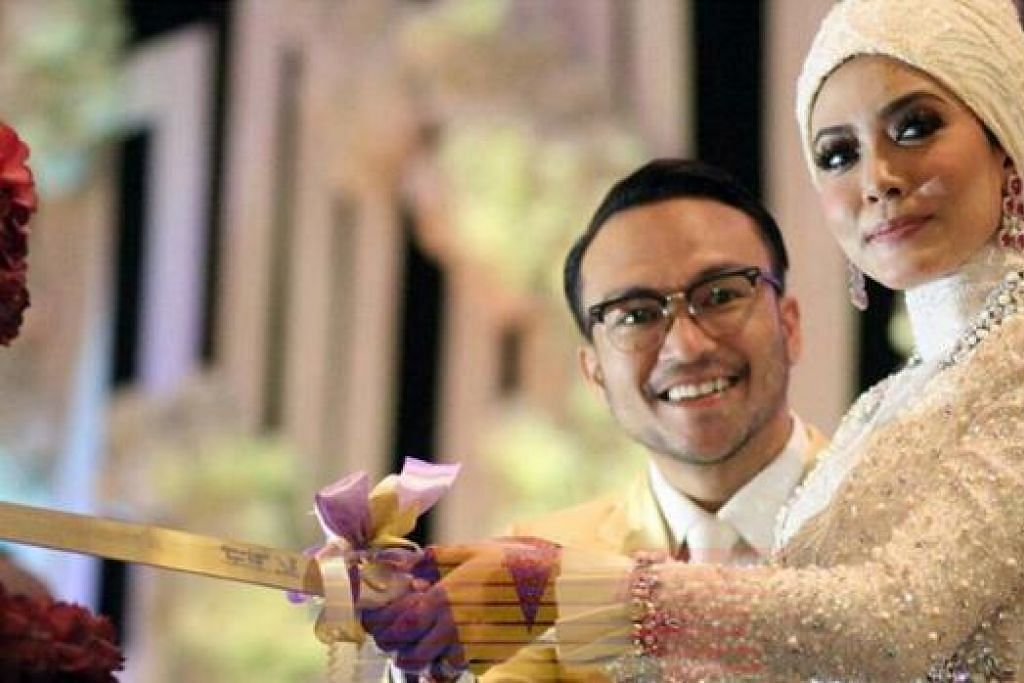 UPACARA MEMOTONG KEK: Pasangan pelakon Shaheizy Sam dan Syatilla Melvin memotong kek perkahwinan mereka di majlis persandingan yang diadakan di Bukit Jawi Golf Resort pada 9 Februari lalu.  - Foto TVE FACEBOOK