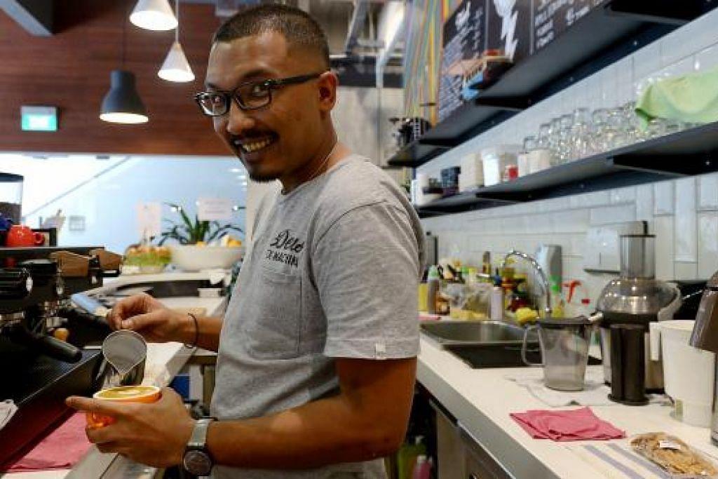 MANFAATKAN PENGALAMAN: Selepas menjadi konsultan kopi, Syed Muhammad Asyraf mendapat peluang membuka kafe sendiri dan memanfaatkan pengalamannya. - Foto-foto TUKIMAN WARJI