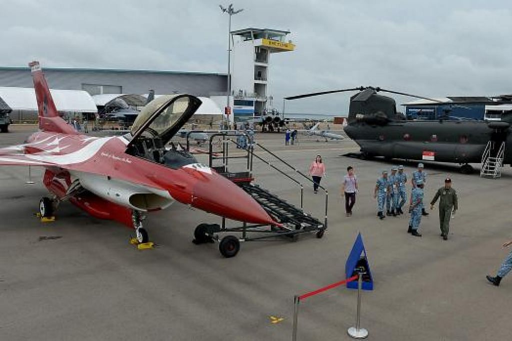 TERPAMPANG MEGAH: Jet pejuang F-16C Black Knights milik Angkatan Udara Republik Singapura (RSAF) dipamerkan buat julung-julung kalinya sempena Pameran Udara Singapura. - Foto-foto TUKIMAN WARJI