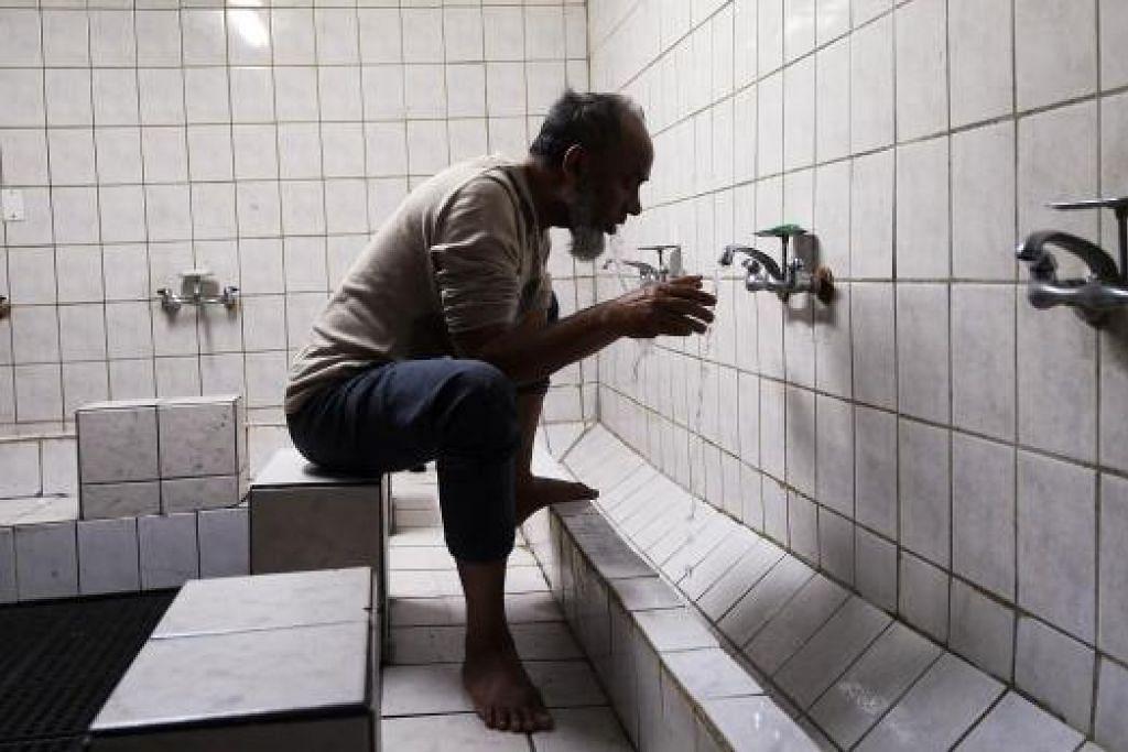 BERWUDUK: Sering dalam wuduk tanpa pembaziran air dan memastikan keadaan bersih diri, jiwa dan sekitaran. - Foto AFP