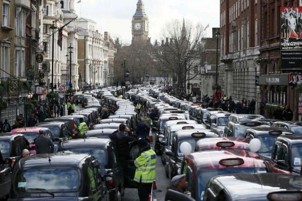 Deretan teksi membantah terhadap Uber di pusat bandar London pada Rabu, 10 Feb. Gambar REUTERS