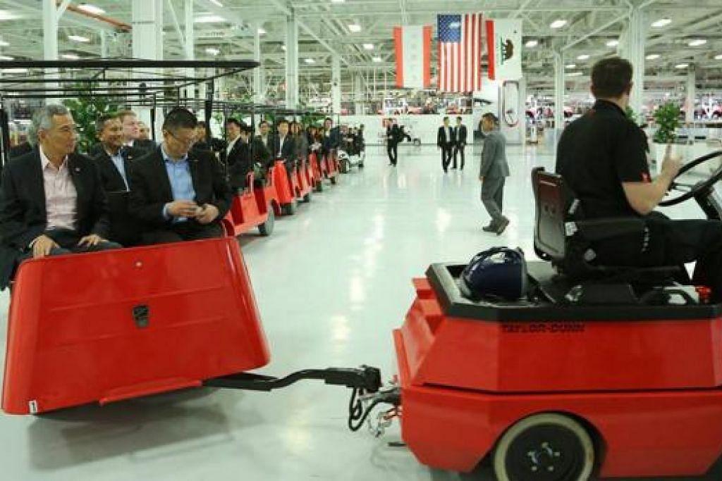 KUNJUNGI KILANG TESLA: Encik Lee (kiri) berpeluang meninjau Kilang Tesla, tempat kereta Tesla dibuat, semasa lawatannya ke Lembah Silicon kelmarin. - Foto MCI