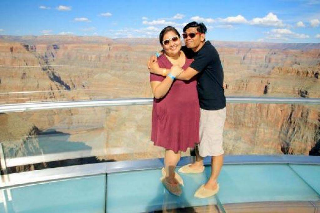 SELESA MELANCONG BERDUA: Haryani Othman dan suaminya Khairul Famy Kassim bergambar di Grand Canyon sempena percutian ulang tahun perkahwinan mereka. Antara barangan keperluan yang dibawa Haryani semasa bercuti termasuk kasut yang selesa dan beg mengandungi keperluan seperti makanan dan ubat-ubatan. - Foto-foto ihsan HARYANI OTHMAN