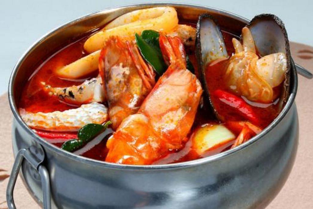 MEMANG NAMPAK GAH: Sup tomyam pedas dan masam yang seimbang dan menyegarkan.