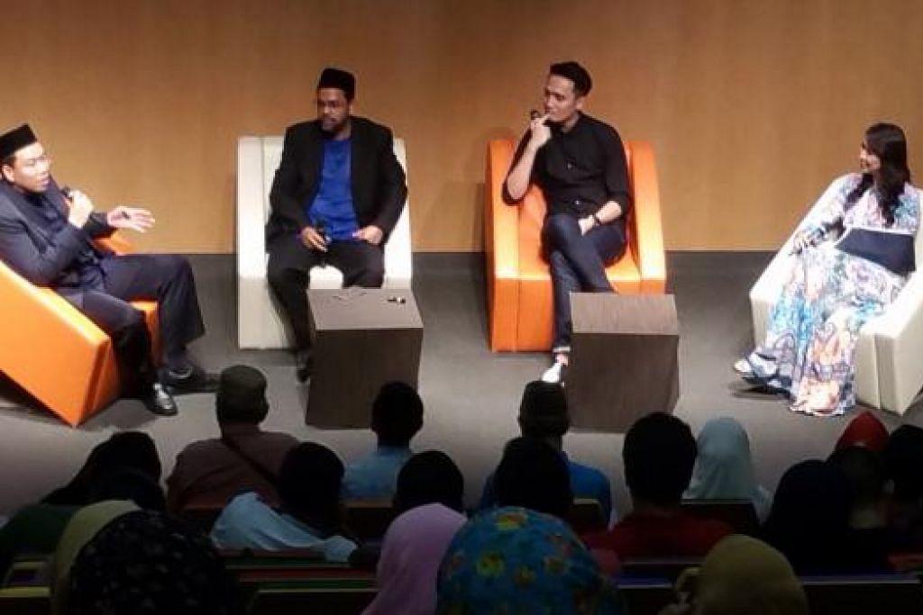 KUPAS ISU MENTUA-MENANTU: (Dari kiri) Ustaz Firdaus dan Ustaz Syed Mustafa menganjurkan seminar mengupas topik mentua dan menantu yang turut mengundang selebriti Fauzie Laily dan Nurul Aini bagi mengongsi pengalaman mereka di Institut Pembelajaran Sepanjang Hayat dekat Paya Lebar baru-baru ini. - Foto NUR ADILAH MAHBOB