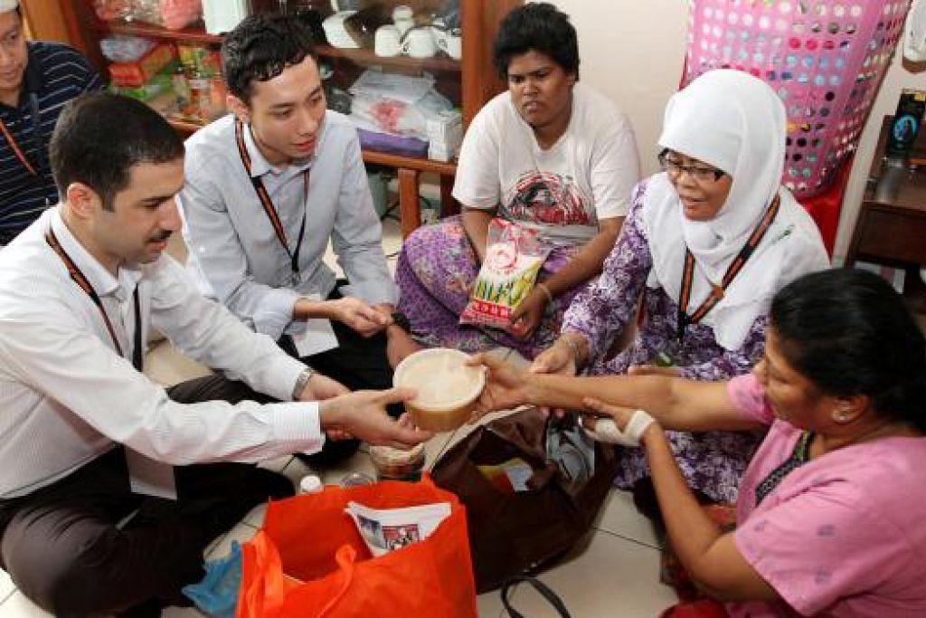MENGASIHI YANG SUSAH: Islam amat menganjurkan umatnya membantu golongan susah sebagai lambang kasih sayang. - Foto hiasan