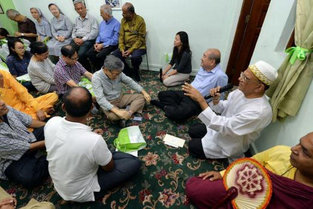 NIKMATI KEADAAN AMAN: Warga Singapura perlu ada kepercayaan kukuh antara satu sama lain, pemahaman tentang agama dan budaya kaum lain, serta rasa cinta sejati yang kukuh terhadap tanah air sendiri dan sesama warga negara. - Foto fail