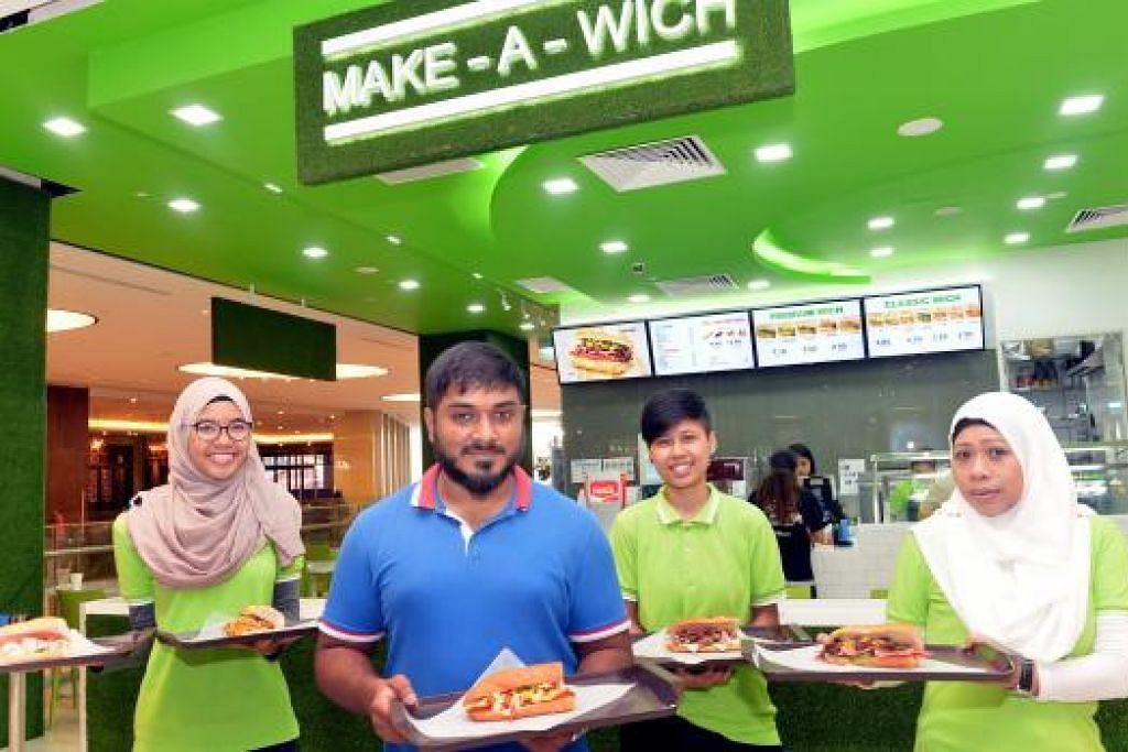 PELBAGAI SAJIAN SANDWIC MEMENUHI SELERA ANDA: Encik Nuurul Muhammed (berbaju biru) bersama tiga kakitangannya menunjukkan antara sandwic yang disajikan di Make-A-Wich. – Foto-foto M.O. SALLEH