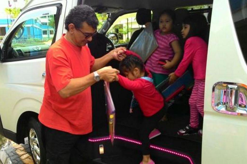 GEMBIRA DAPAT BERBAKTI: Encik Abdullah mengambil dan menghantar kanak-kanak ke kelas pengayaan Inisiatif Celik bagi Kesaksamaan dari rumah mereka di Jalan Kayu ke Guthrie Building di Changi Road. - Foto LIFE