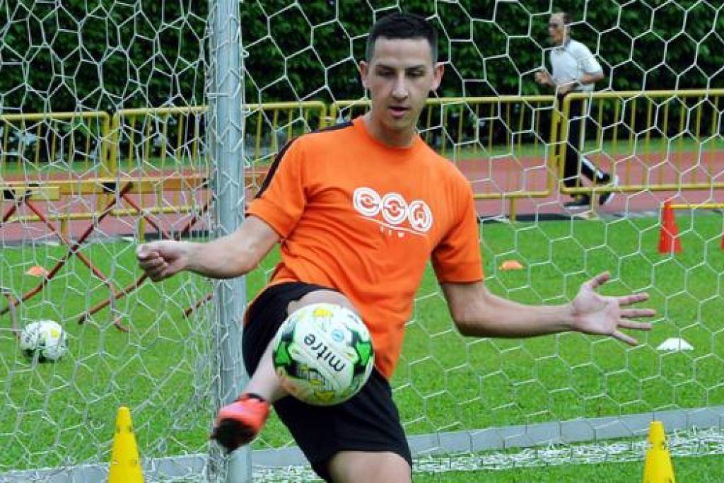 SELESA DI SINGAPURA: Plazibat yang telah menjaringkan dua gol dalam perlawanan percubaannya dengan Hougang United ghairah memulakan kerjayanya dengan pasukan itu. - Foto KHALID BABA