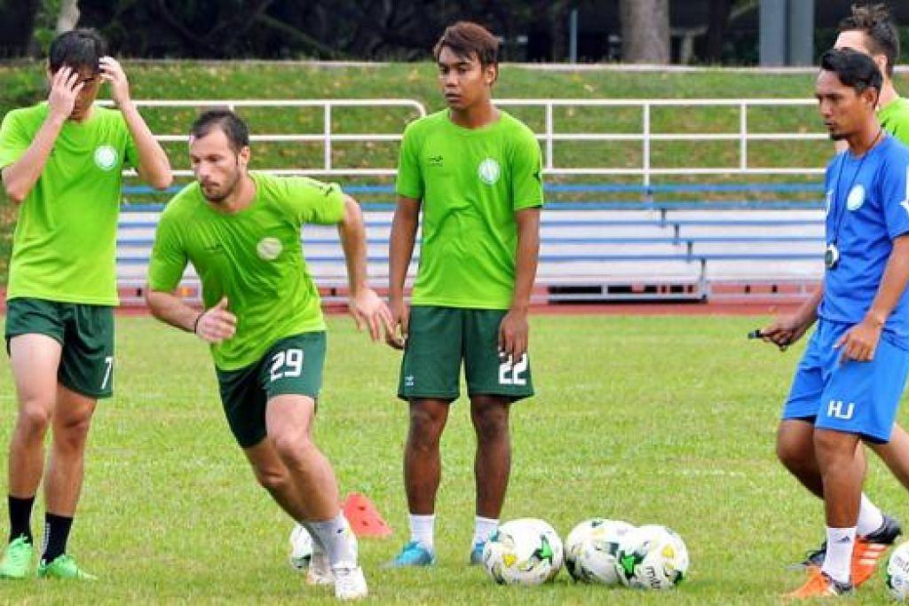 STRIKER PILIHAN: Branko (dua dari kiri) telah menarik perhatian jurulatih pasukan Hasrin Jailani (kanan) yang memilih beliau sebagai striker dalam kesebelasan utamanya di perlawanan pramusim. - Foto KHALID BABA