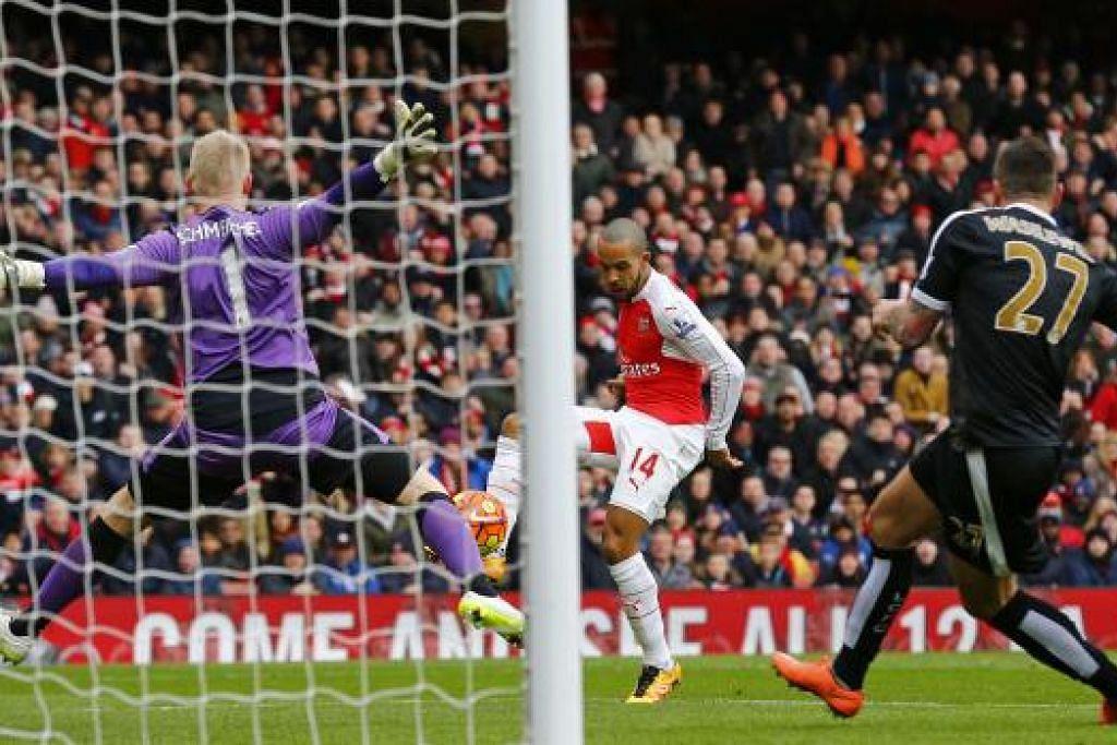 Theo Walcott menjaringkan gol pertama Arsenal dalam kemenangan 2-1 ke atas Leicester City di Stadium Emirates pada Ahad, 14 Feb. Gambar REUTERS