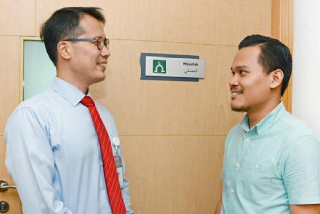 MUSALA DISEDIAKAN: Pengurus Besar Hospital Raffles, Dr Donald Poon (kiri) di hadapan musala di hospital itu. - Foto HOSPITAL RAFFLES